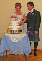 Marc & Catriona cutting the cake